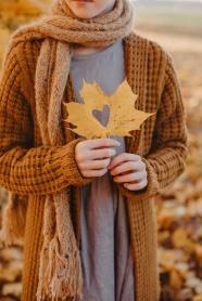 秋季非主流手拿落葉圖片