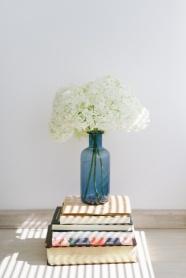 書籍與白色插花圖片