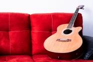 沙发上的木吉他图片