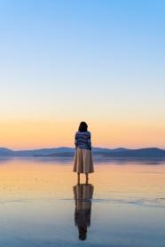站在湖邊的美女背影圖片