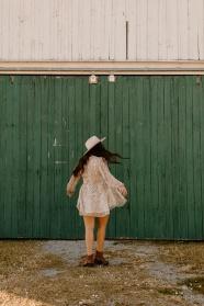 長發雪紡裙美女背影圖片
