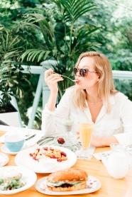 吃早餐的歐美少婦圖片