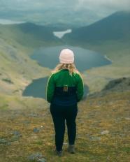站在山頂上的美女背影圖片