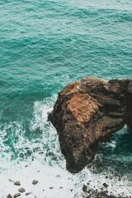 海浪拍打礁石圖片