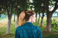 牛仔衣美女背影圖片