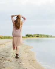河邊散步美女背影圖片