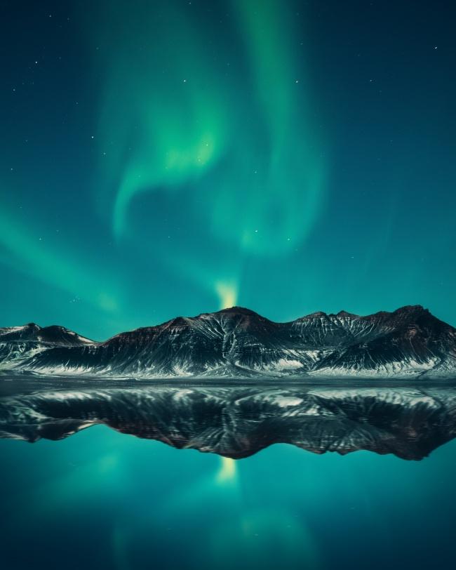 湖面極光倒影唯美意境圖片